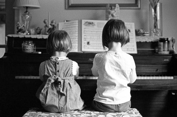 2 petites filles au Piano