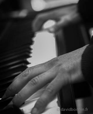 2 mains au piano - Pratiquer le piano quand votre corps est douloureux - Pianiste - savoie